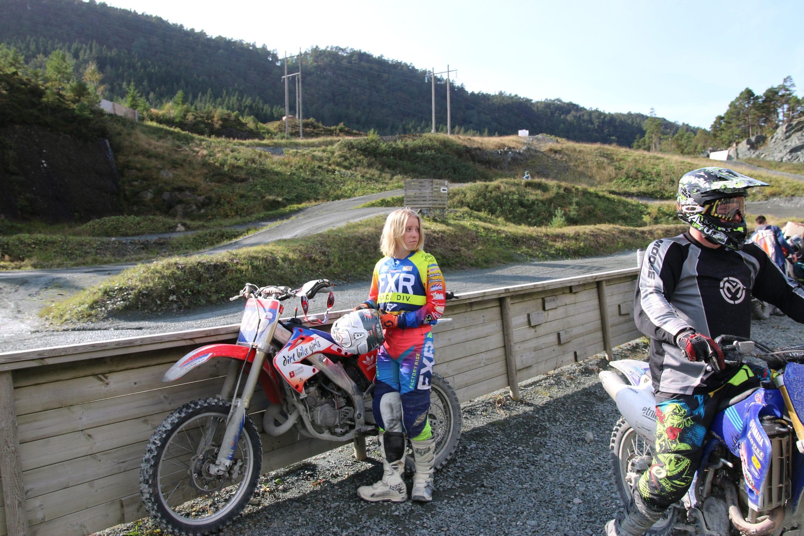 Kaisa er klar for ein ny runde på Motocross-anlegget på Stord. Stord folkehøgskule