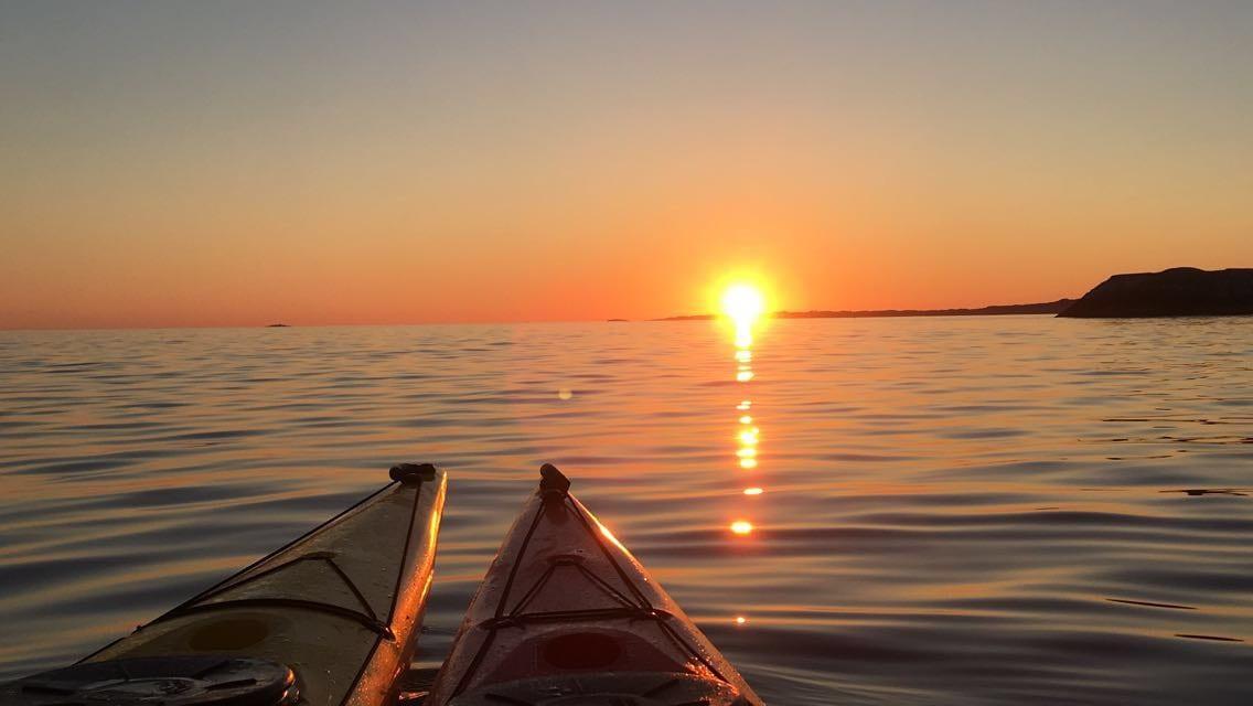 Kayaker i solnedgang. Stord folkehøgskule