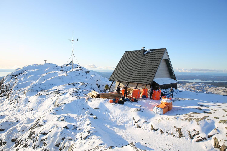 Panorama frå fjellet Stovegolvet, hytta på toppen. Stord folkehøgskule.