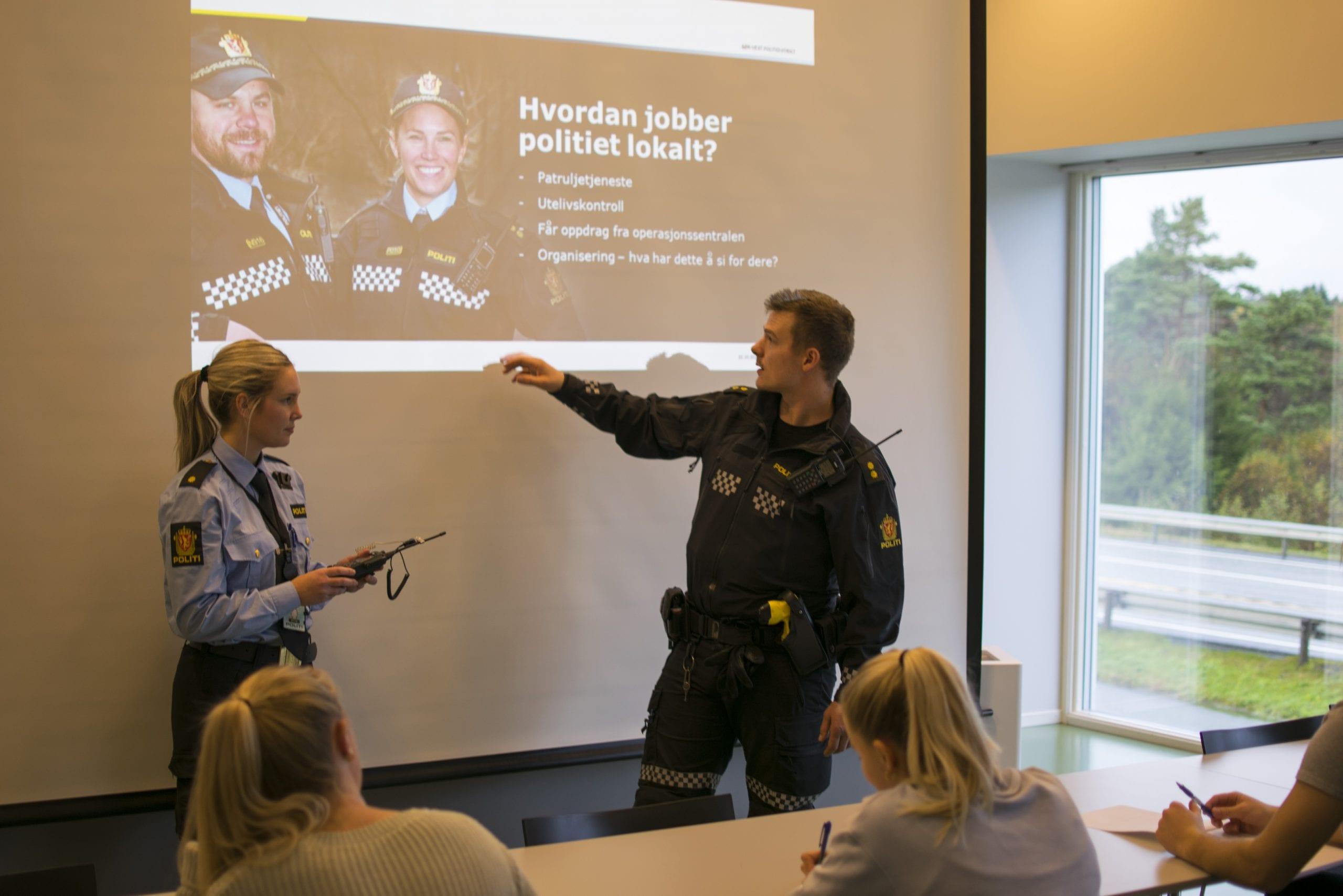 Undervising med Stord Lennsmannskontor. Politikonstabler forteller om arbeidet til politi og vekter-elevene. Stord folkehøgskule