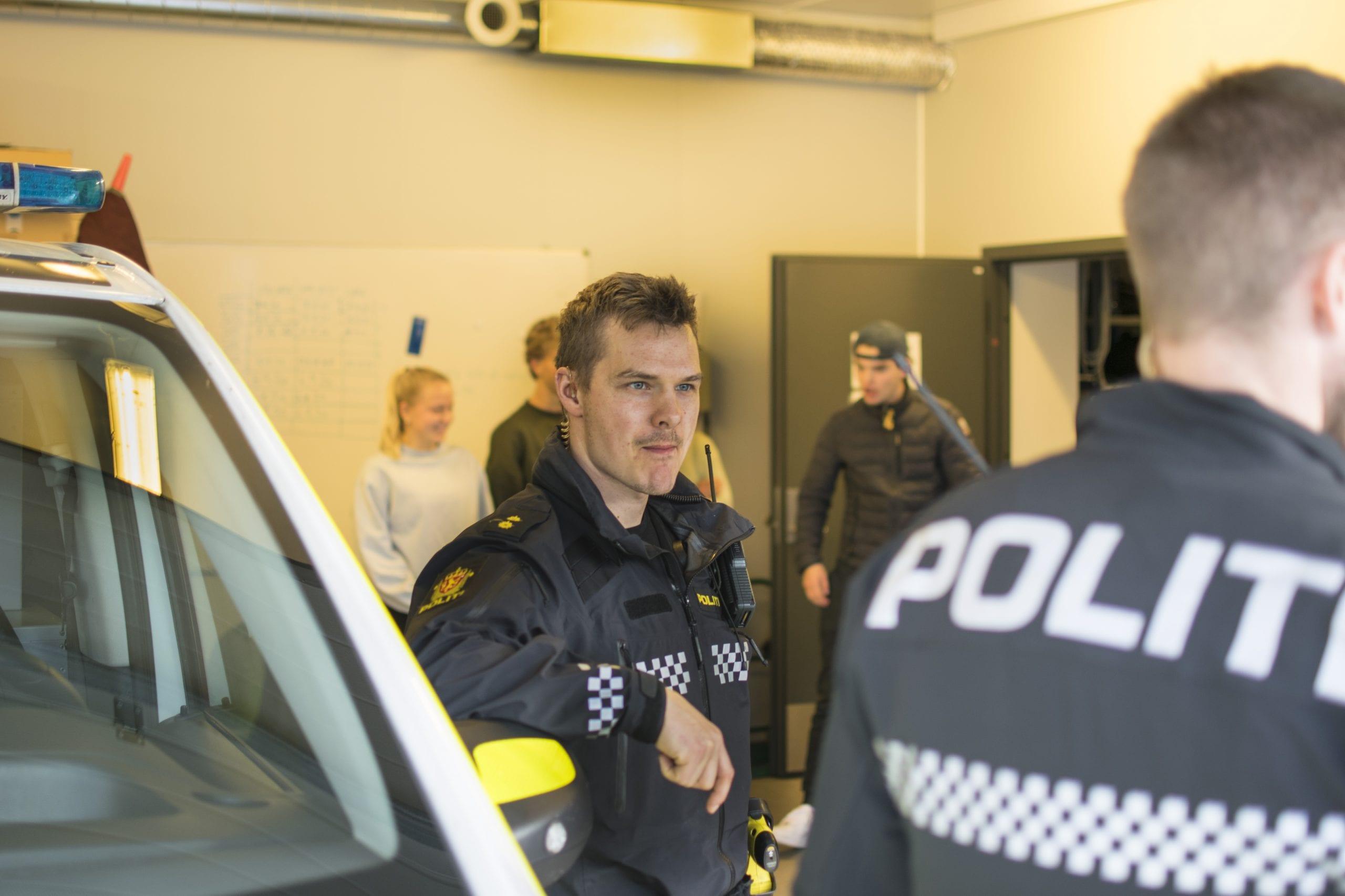 Elever på ekskursjon til politistasjonen på Stord. Stord folkehøgskule
