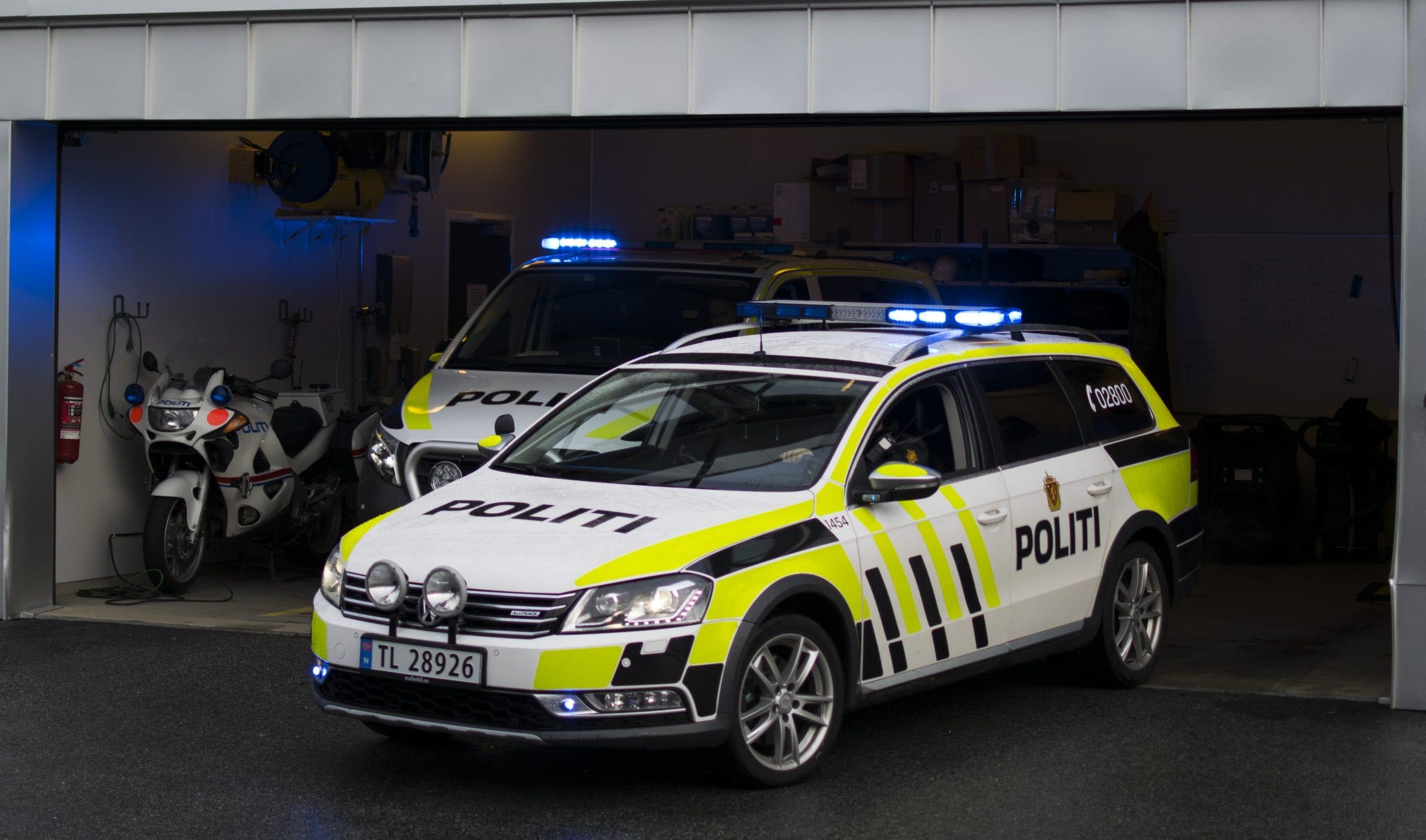 Demonstrasjon av utrykking med blålys, med Stord Lennsmannskontor. Politikonstabler forteller om arbeidet til politi og vekter-elevene. Stord folkehøgskule
