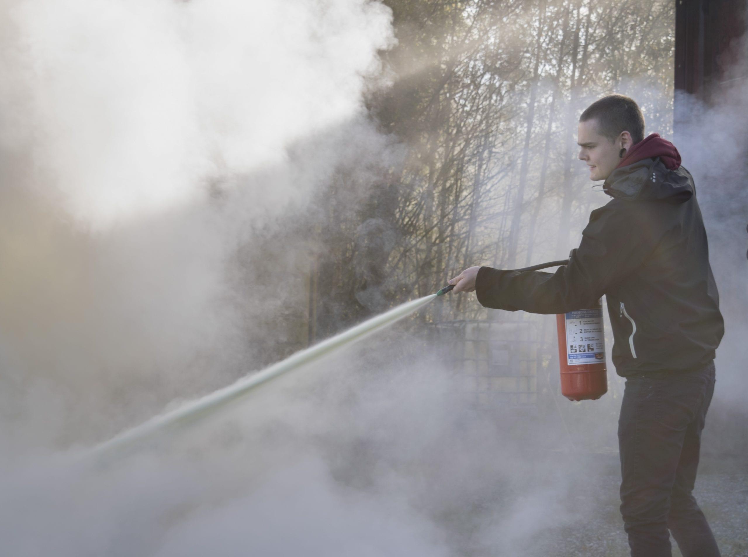 Politi og vekter-elevane lærer om brannsikkerhet. Stord folkehøgskule