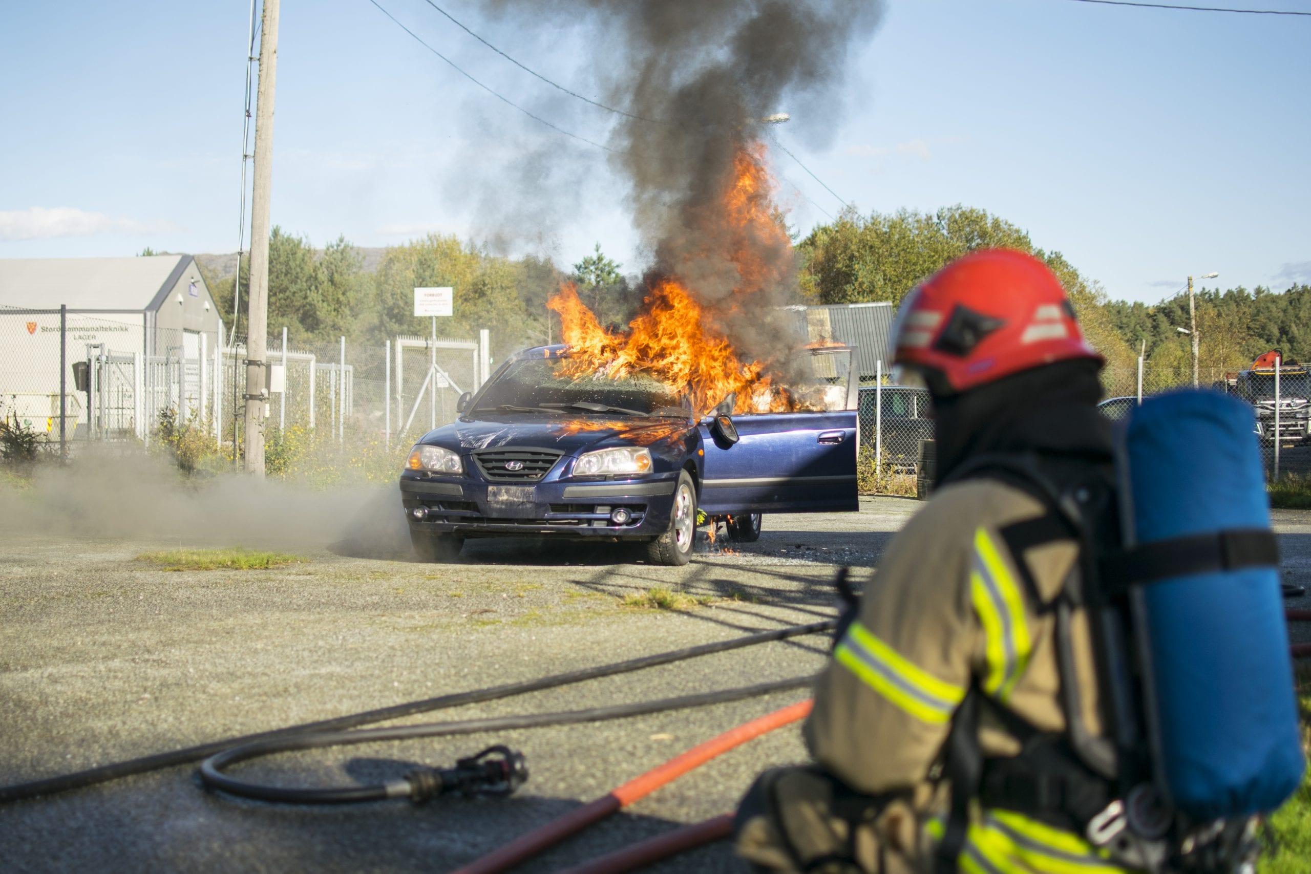 Stord Brann og redning slukker brennande bil. Politi og vekter-elevane lærer om brannsikkerhet. Stord folkehøgskule