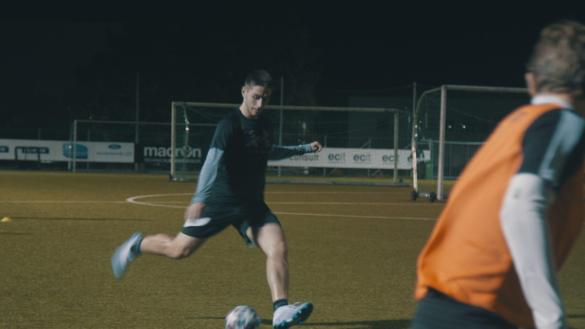 Fotball utendørs på kveldstid