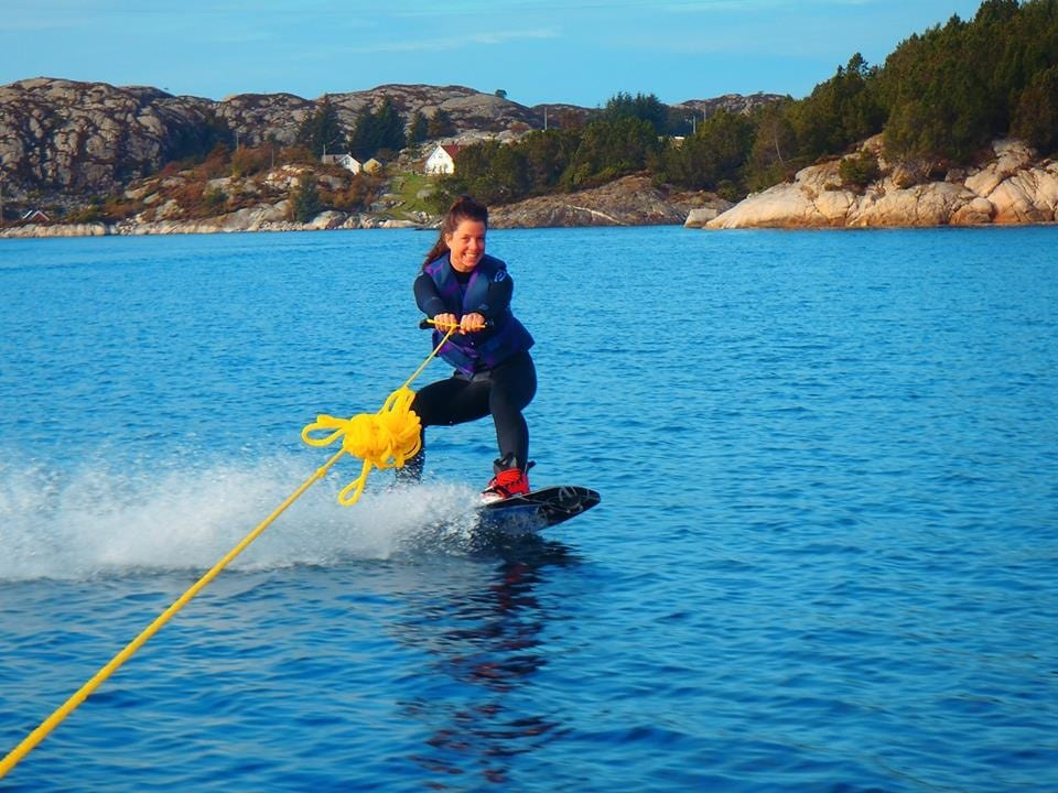 Berit står på vannski i fjorden
