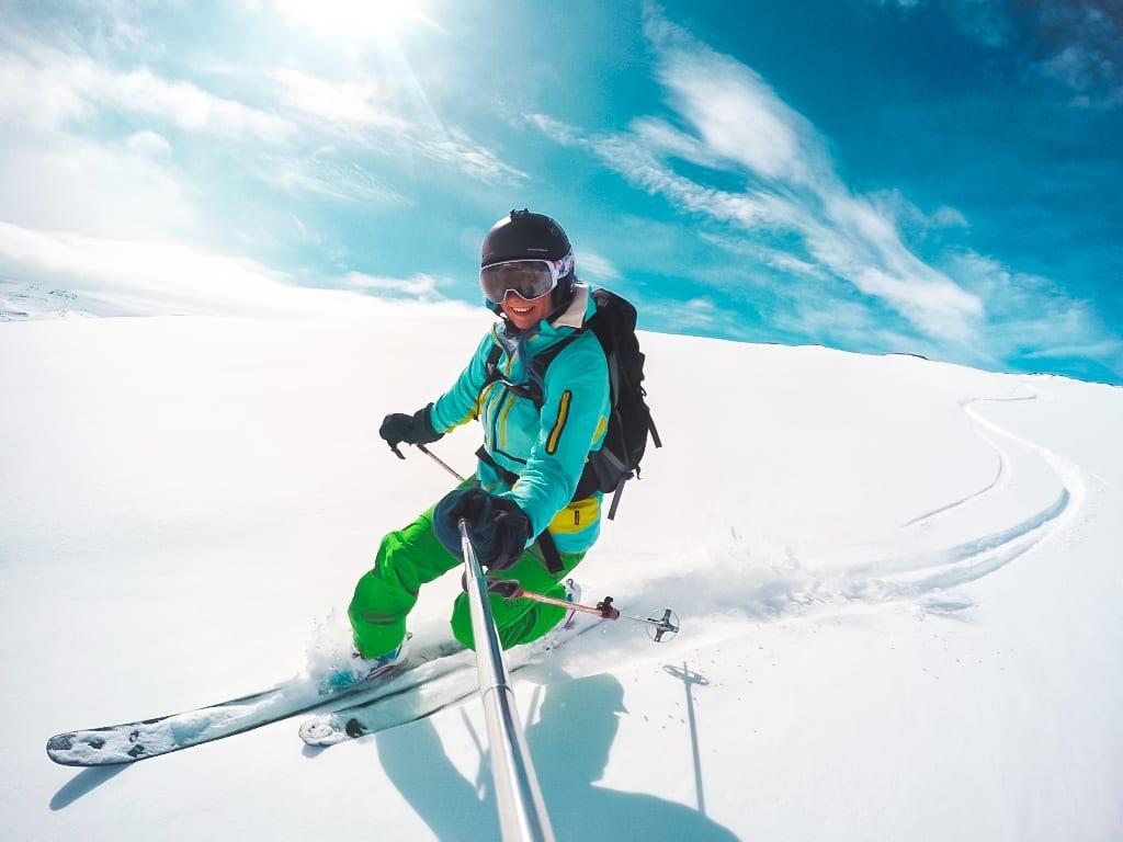 Selfie på ski ned bakkane