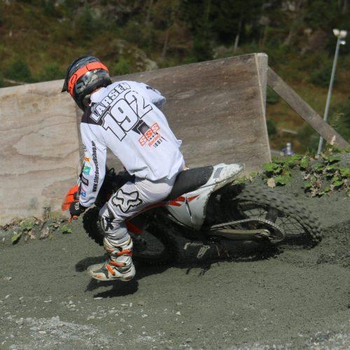 Går hardt for seg i svingane. Motocross Stord folkehøgskule