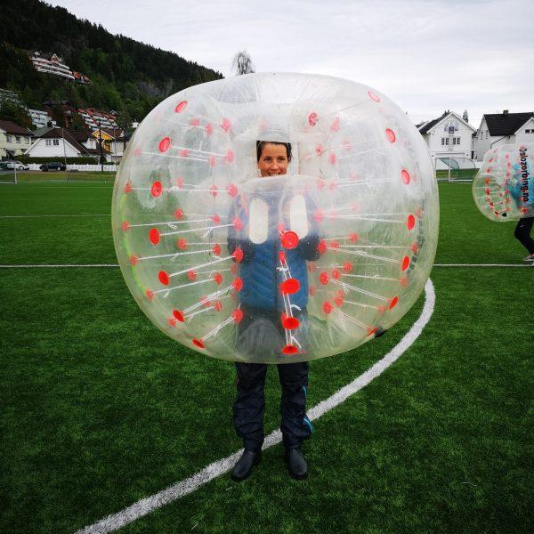 Me kler oss i gigantisk luftballong og speler fotball med mykje knall, fall og dytting. Idrettslinja: Multisport Explore ved Stord folkehøgskule