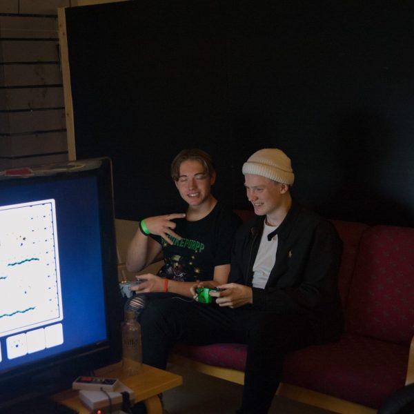 Chiller i sofaen med Mario Kart compo Stord folkehøgskule